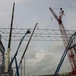 staalconstructie, met bouwkranen en hoogwerker
