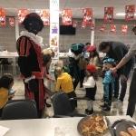 Kinderen en zwarte pieten tijdens sinterklaasviering