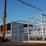 Bouw van staalconstructie met bouwkraan