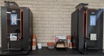 2 koffiemachines met toebehoren op een tafel