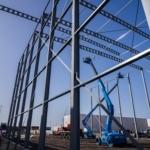 Bouw van staalconstructie met twee hoogwerkers