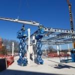 2 monteurs met hoogwerker bouwen staalconstructie