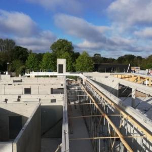 Bouwplaats met betonbouw